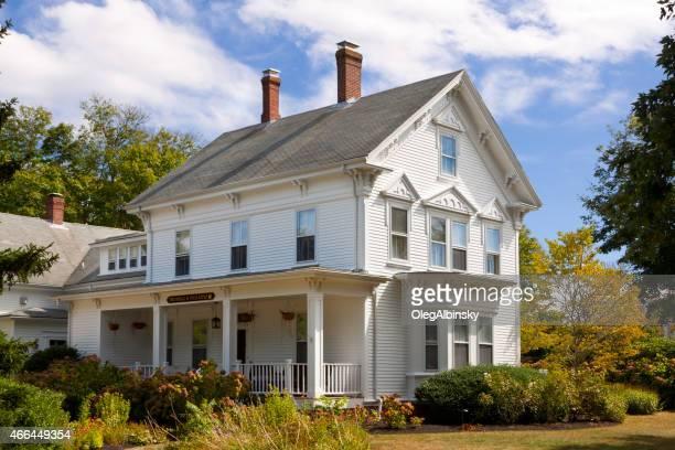 lujo casa de nueva inglaterra, chatham, cape cod, massachusetts. cielo azul. - culebrilla enfermedad fotografías e imágenes de stock