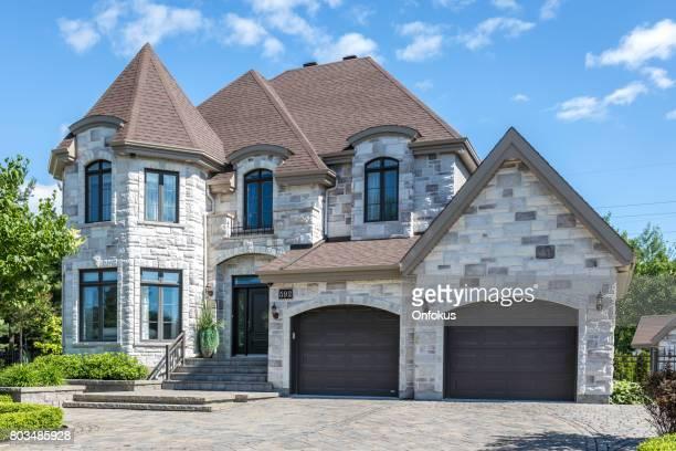夏の晴れた日に高級プロパティ - 石造りの家 ストックフォトと画像