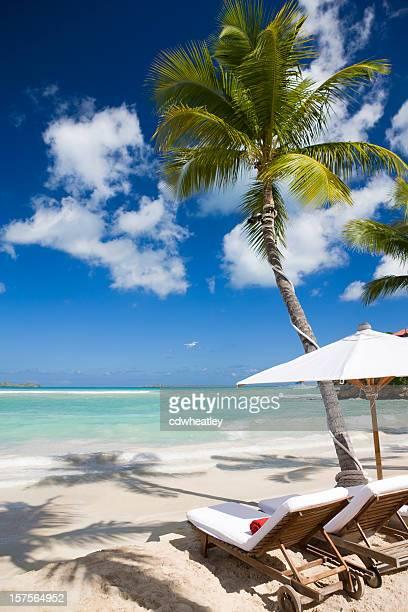 Luxueux fauteuil inclinable chaises et parasol sur la plage