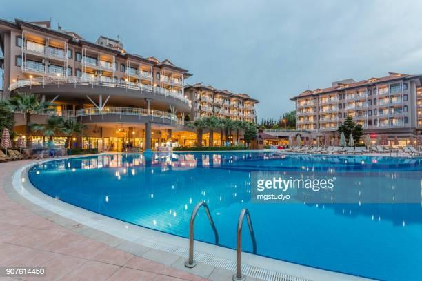 夕暮れ時のプールのある高級リゾート ホテル