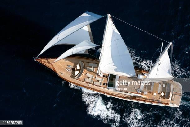 オープンブルーの海で航行する豪華なヨット - チーク ストックフォトと画像