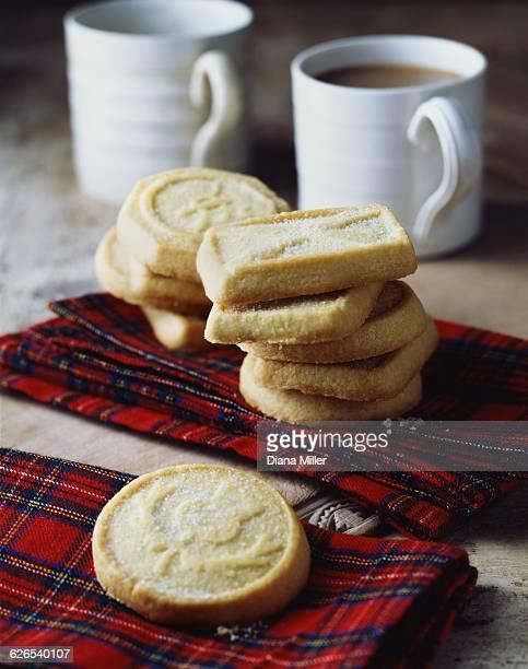 luxury scottish all butter shortbread biscuits stacked on tartan tea towel - cultura escocesa imagens e fotografias de stock