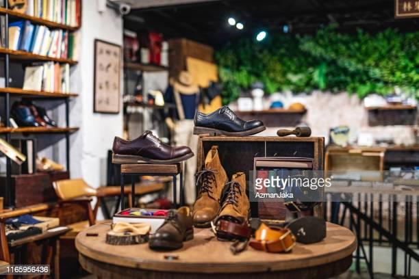 luxe schoenenwinkel retail display - nette schoen stockfoto's en -beelden