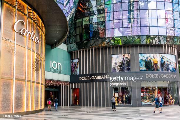 compras de lujo en singapur - orchard road fotografías e imágenes de stock
