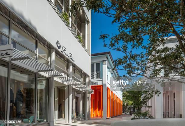 compras de lujo - zona urbana fotografías e imágenes de stock