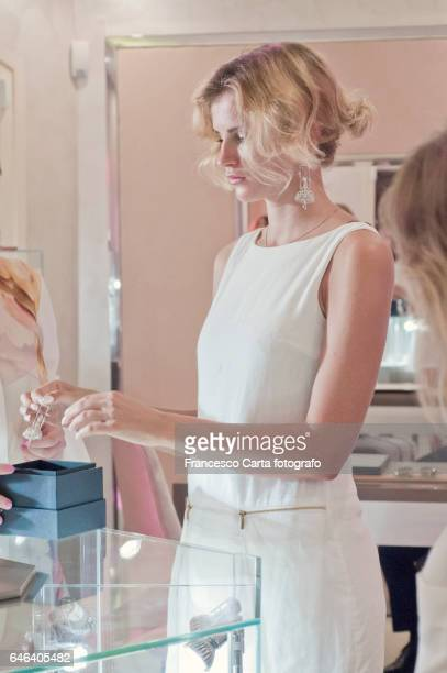 luxury shopping - 宝石店 ストックフォトと画像