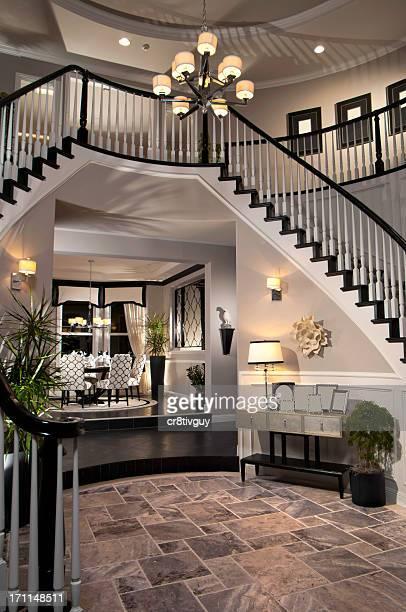 interno di casa di lusso di progettazione scale - accessorio per le lampade foto e immagini stock