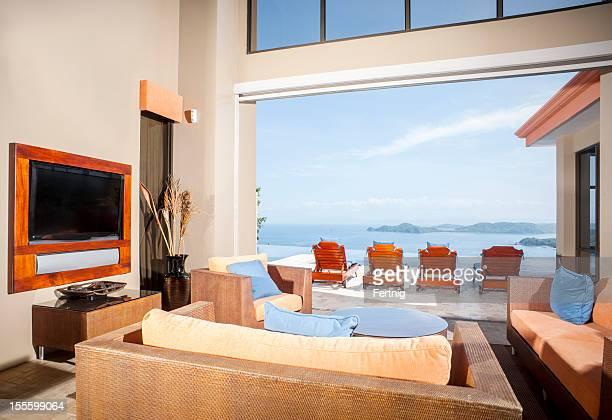 贅沢な海を一望するトロピカルホーム - 大型テレビ ストックフォトと画像