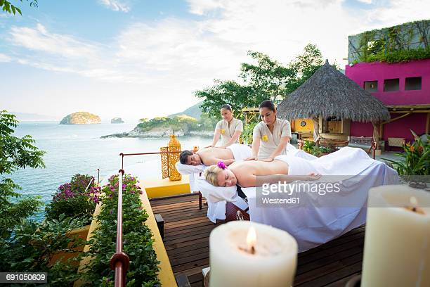 luxury vacation with massage on ocean front terrace - massage homme femme photos et images de collection