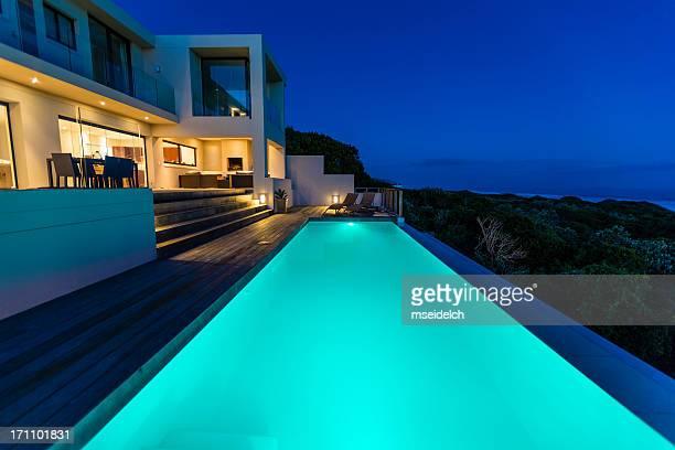 Luxury Villa-Pool bei Dämmerung