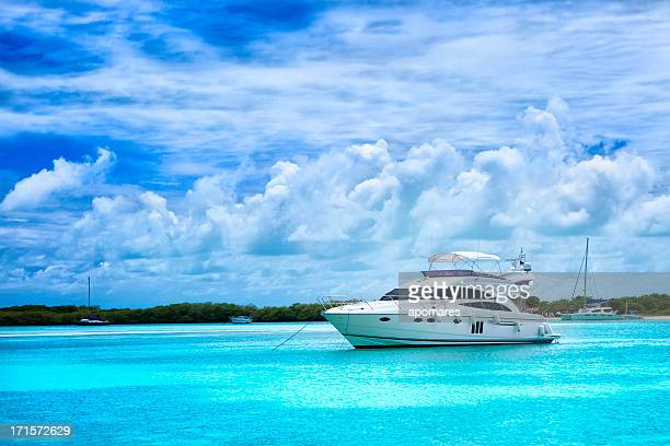 luxury yacht anchored in a tropical island turquoise beach - yacht stock pictures, royalty-free photos & images
