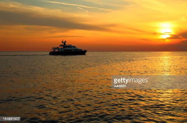 Luxus-yacht Segeln Sie in den Sonnenuntergang