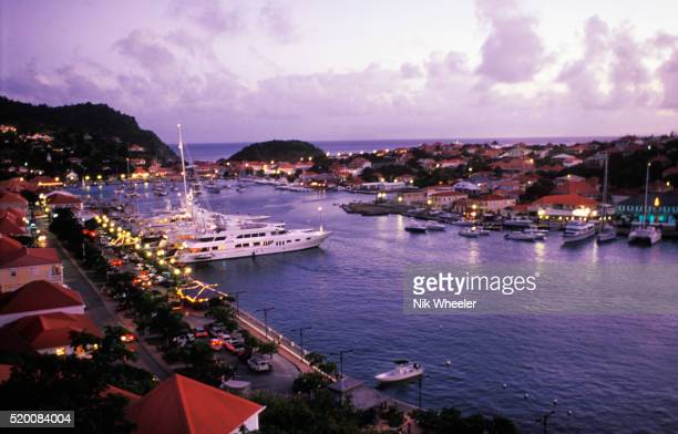 luxury yachts in gustavia harbor - marina wheeler photos et images de collection