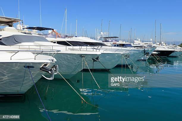 yachts de luxe dans le port de plaisance d'Antibes