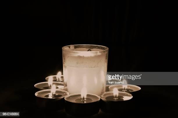 luz de velas en blanco y negro - blanco y negro ストックフォトと画像