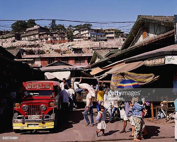 Bagio City Market hinteneinige von einem Erdbeben beschädigteHäuser 1992