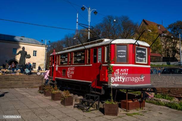リヴィウ本フリー マーケット, ウクライナ, ヨーロッパの古いトラム - リヴィウ ストックフォトと画像