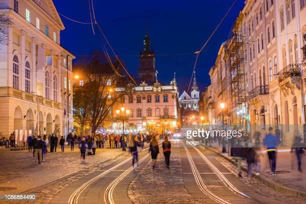 夜、ウクライナ、ヨーロッパでリヴィウ町広場 - リヴィウ ストックフォトと画像