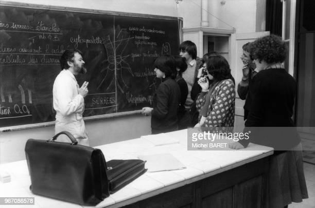 Lycéens pendant un cours de biologie au Lycée Henri IV à Paris France