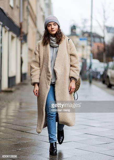 Lydia Kleiber wearing a creme wool coat Monki blue denim jeans with patch from Monki cashmere knit sweater mint berry black boots and beanie Lala...
