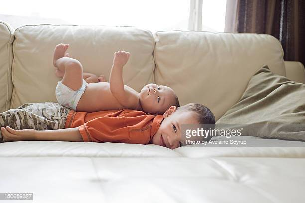 lying brothers - diaper kids stock-fotos und bilder