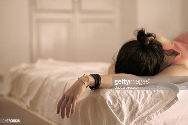lying on bed - acostado boca abajo fotografías e imágenes de stock