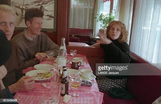 Lyle Lovett And Julia Roberts In Paris Mars 1994 à PARIS Lyle LOVETT et son épouse Julia ROBERTSdéjeunant dans un petit restaurant