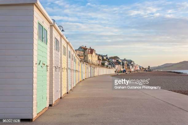 lyme regis beach huts - lyme regis fotografías e imágenes de stock