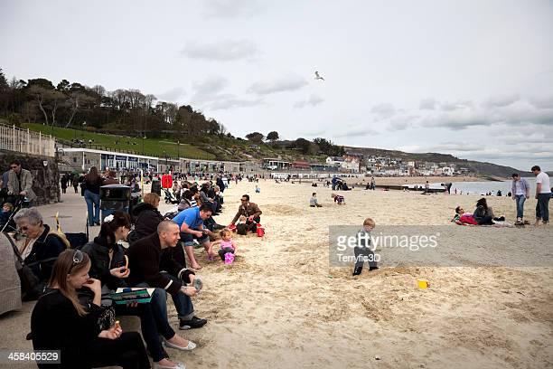 lyme regis beach in spring - terryfic3d stockfoto's en -beelden