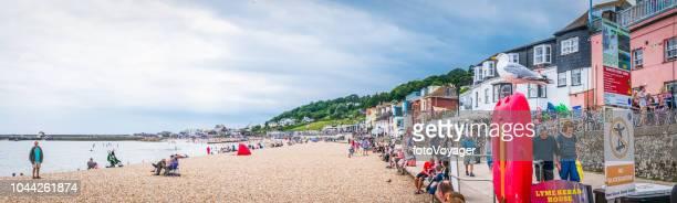 multitud de lyme regis de turistas disfrutando de la playa panorama marítimo dorest - lyme regis fotografías e imágenes de stock