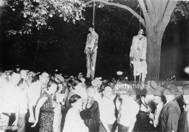 Lynch law in America 5000 onlookers watching the corps of two black man Photograph Around 1935 [Lynchjustiz in Amerika 5000 Schaulustige betrachten...