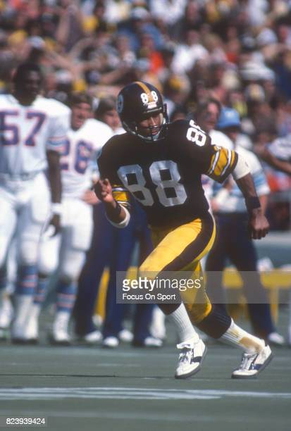 Lynn Swann of the Pittsburgh Steelers in action against the Houston Oilers during an NFL football game circa 1980 at Three Rivers Stadium in...