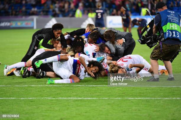 Lyon celebrate winning during the final of the UEFA Women's Champions League match between Olympique Lyonnais and Paris SaintGermain at Cardiff City...