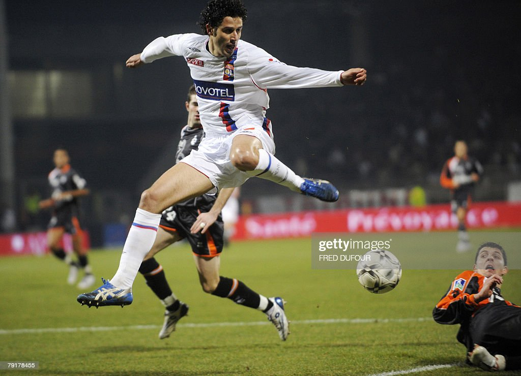 Lyon' defender Fabio Grosso (L) jumps next to Lorient' Goalkeeper Fabien Audard (R) during their French L1 football match Lyon vs Lorient, 23 January 2008 at the Gerland stadium in Lyon.