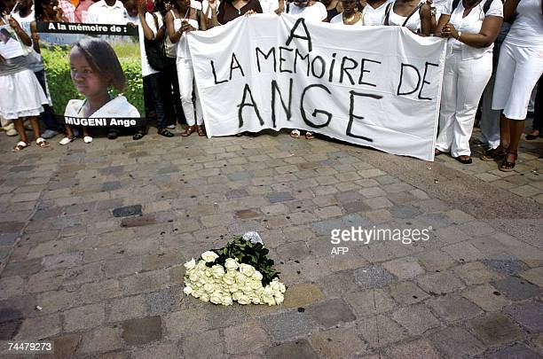 Des personnes defilent, le 09 juin 2007 a Lyon, lors d'une marche en memoire d'Ange Mugeni, une Rwandaise de 21 ans, etudiante a Lyon, retrouvee...