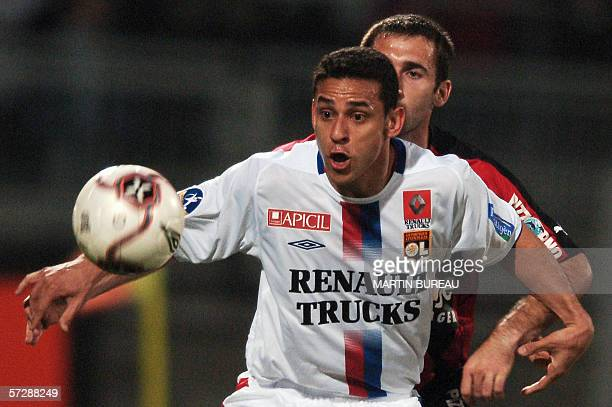 Lyon's Brazilian forward Frederico Chaves Guedes fights for the ball with Nice's French defender Florian Jarjat 08 April 2006 at Gerland Stadium in...