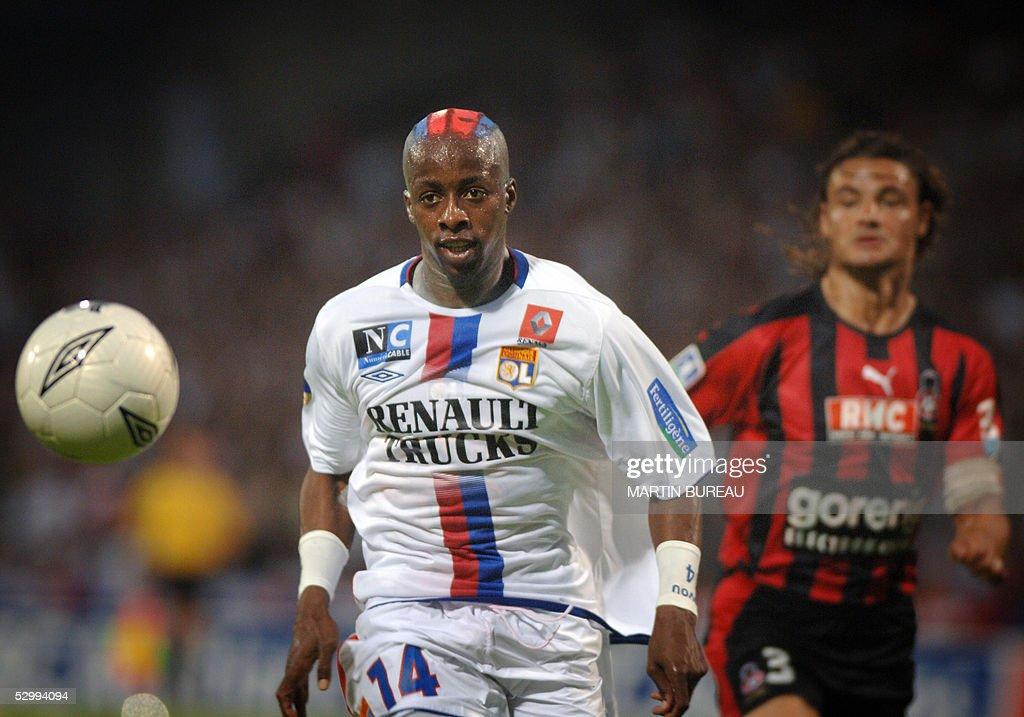 Lyon's French forward Sidney Govou (L) f : News Photo
