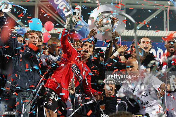 Lyon's players jubiltate after winning the championship at the end of their French L1 football match Lyon vs. Nantes, 26 May 2007 at the Gerland...