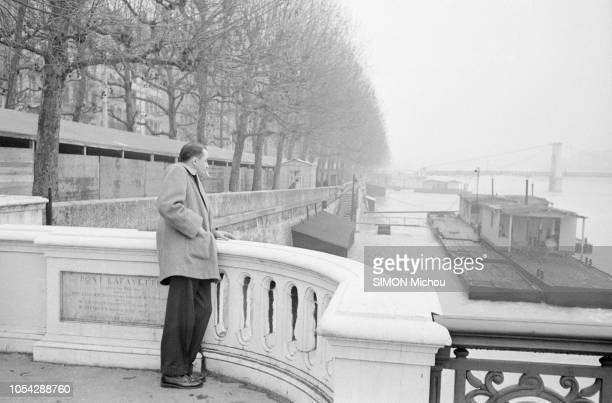 Lyon France novembre 1954 Rendezvous avec le Docteur Jean REVERZY à Lyon prix Renaudot 1954 pour son ouvrage Le passage Ici de profil regardant le...