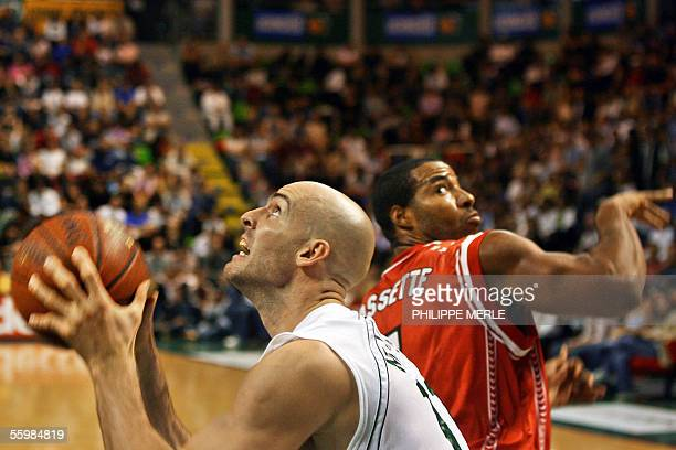 Villeurbanne' Swiss player Harold Mrazek vies with BourgenBresse's Reggie Bassette during their French ProA basketball match 22 October 2005 at the...