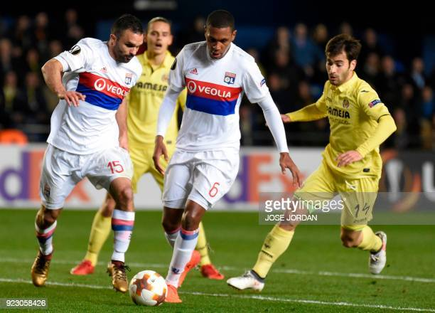 Lyon's Brazilian defender Marcelo and Lyon's French defender Jeremy Morel vie with Villarreal's Spanish midfielder Manuel Trigueros Munoz during the...