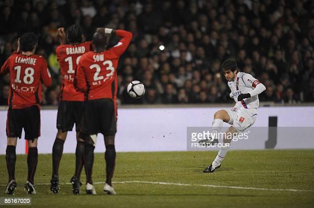 Lyon's Brazilian midfielder Juninho shoots a free kick during the French L1 football match Lyon vs. Rennes, on March 1, 2009 at the Gerland stadium...