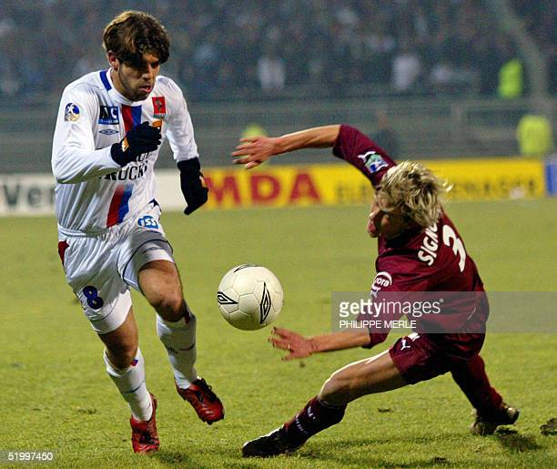Lyon's Brazilian midfielder Juninho vies with Metz defender Franck Signorino during their French L1 match 15 january 2005 at the Gerland stadium in...