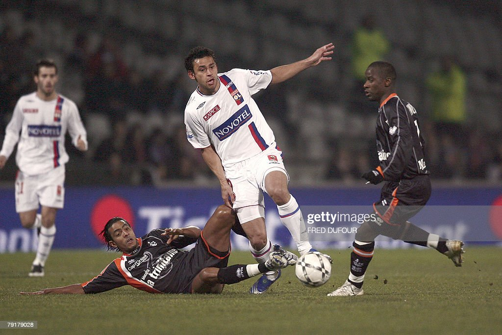 Lyon's forward Frederico Chaves Guedes (C) vies with Lorient' French midfielder Rafik Sa?fi (R) and Lorient' French midfielder Fabrice Abriel(L) during their French L1 football match, 23 January 2008 at the Gerland stadium in Lyon.