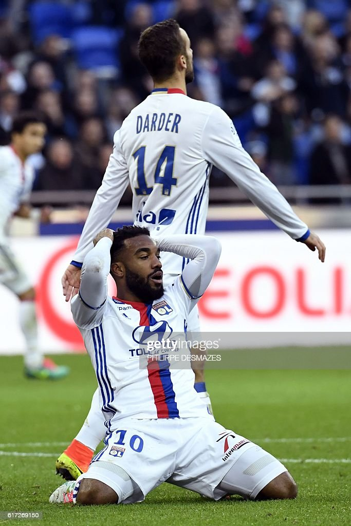 Lyon's French forward Alexandre Lacazette (C) reacts after losing a goal next to Lyon's Spanish midfielder Sergi Darder (rear C) during the French L1 football match between Olympique Lyonnais and EA Guingamp on October 22, 2016, at the Parc Olympique Lyonnais in Decines-Charpieu near Lyon, southeastern France. / AFP / PHILIPPE