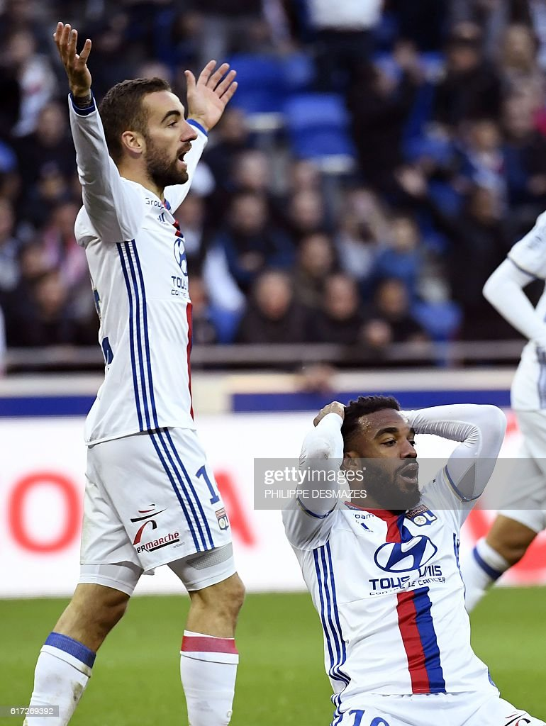 Lyon's French forward Alexandre Lacazette (R) reacts after losing a goal next to Lyon's Spanish midfielder Sergi Darder (L) during the French L1 football match between Olympique Lyonnais and EA Guingamp on October 22, 2016, at the Parc Olympique Lyonnais in Decines-Charpieu near Lyon, southeastern France. / AFP / PHILIPPE