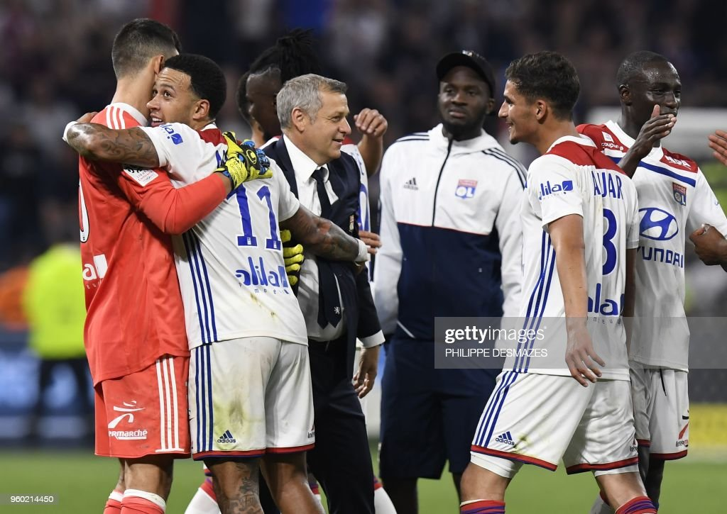 Lyon's French head coach Bruno Genesio (C) and Lyon's players celebrate their victory at the end of the French L1 football match between Olympique Lyonnais and OGC Nice, on May 19, 2018, at the Groupama Stadium in Decines-Charpieu near Lyon, central-eastern France.