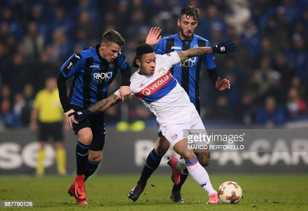 Lyon's Netherlands forward Memphis Depay fights for the ball with Atalanta's Netherlands defender Hans Hateboer during the UEFA Europa League group E...