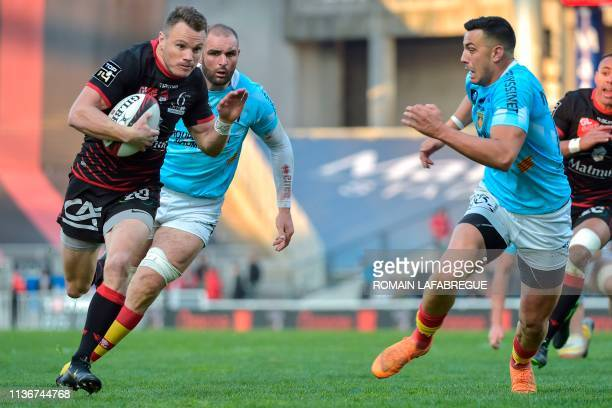 Lyon's New Zealander fullback Toby Arnold runs with the ball and scores next to Perpignan's French fullback Julien Farnoux during the French Top 14...