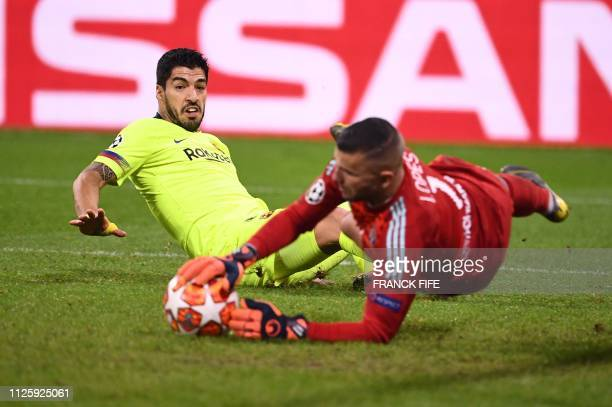Lyon's Portuguese goalkeeper Anthony Lopes catches the ball next to Barcelona's Uruguayan forward Luis Suarez during the UEFA Champions League round...
